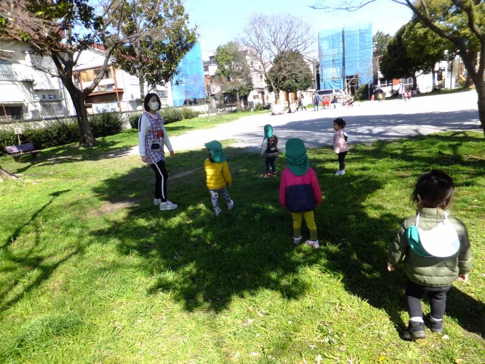 芝滑り?で遊ぶたんぽぽ組🌼