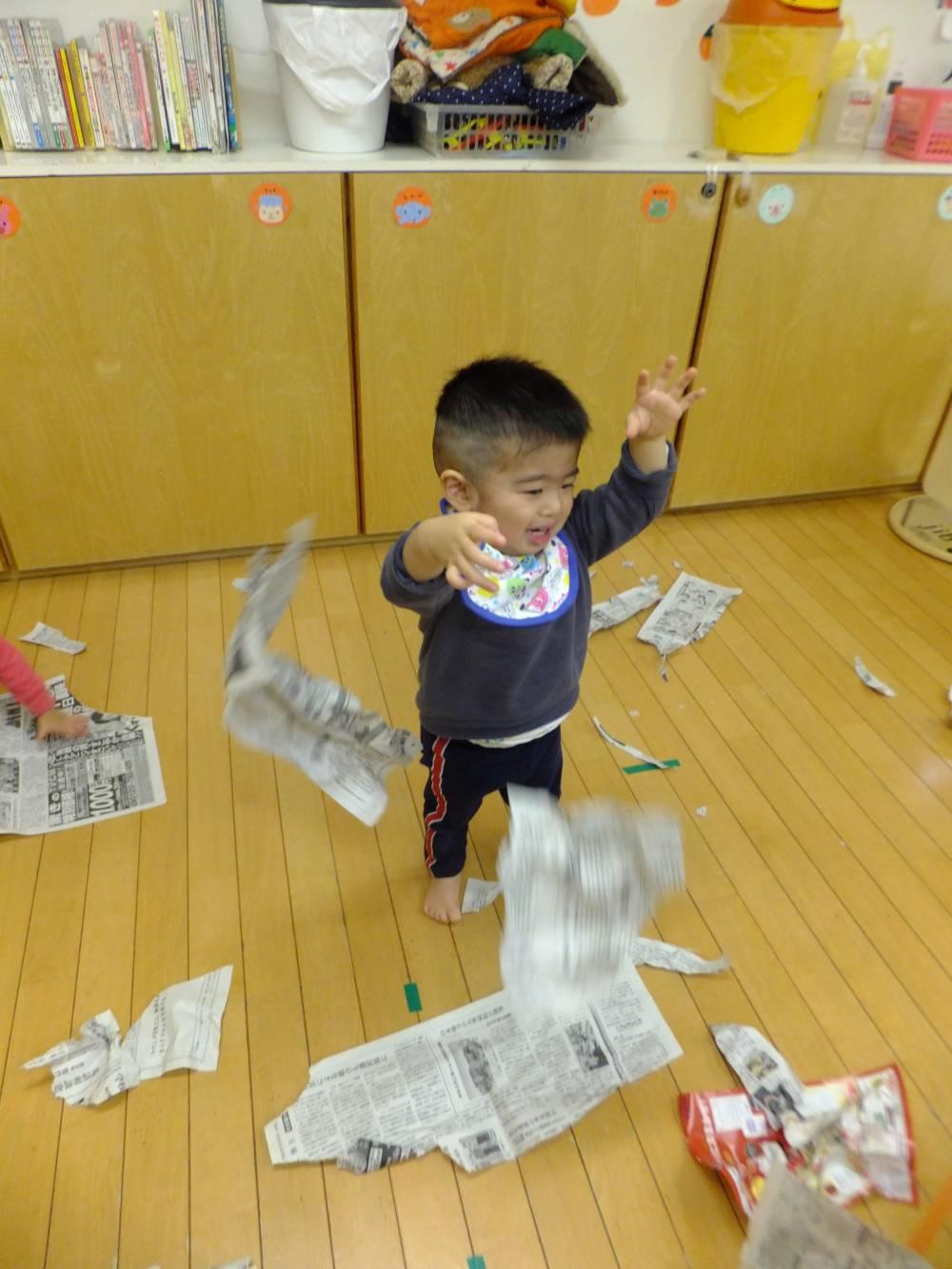 たんぽぽ組🌼新聞紙遊び